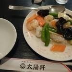 太陽軒 - やわらかイカと海老 季節野菜の塩炒め  ¥1280