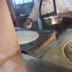 シリ バラジ - ドーサ調理中