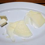 ピッツェリア・ドォーロ - 右:アマローネに漬けたチーズ