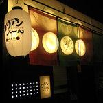 コリアンバール 一天張 - エンジ&グリーンの暖簾と提灯が目印です。