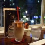 黒猫喫茶 - 素敵なグラスでカフェオレ