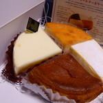 38879869 - 4種のアソートチーズケーキ ¥1500+税  手前の濃い茶色のケーキから時計回りに ゴルゴンゾーラのチーズケーキ、サワーチーズケーキ、エダムチーズケーキ、ニューヨークチーズケーキ