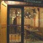 フランツィスカーナー バー&グリル - バロック調のロートアイアンの門扉から一歩中に入れば、  そこは、ドイツの地下ワイン蔵を思わせる