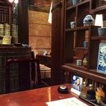 38880174 - 店内は飾り棚で仕切られています