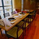 和牛焼肉じろうや 介 wagyu&sake - ジャズが流れるモダンで落ち着いた雰囲気