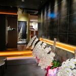 和牛焼肉じろうや 介 wagyu&sake - エレベーターを降りるとすぐエントランス