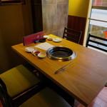 和牛焼肉じろうや 介 wagyu&sake - 予約したテーブル席