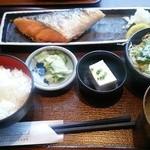 38881910 - ランチの焼き魚定食700円。本日は焼き鮭~♪
