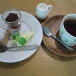 AIDA - デザートとホットミルクティー