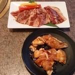 安楽亭 - 国産牛ファミリー上カルビ(842円)、国産鶏ふりそで(529円)