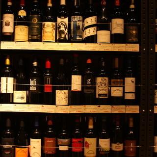 赤ワイン陳列150種以上。ワクワクしながら好みを探して!