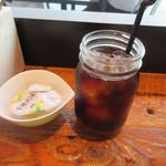 38895639 - 先ずは最初にアイスコーヒーがカウンターに運ばれてきました、ちょっと変わったグラス?にはいってますね・・・