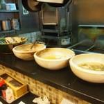 三ツ輪食堂 - カウンターの上の大皿から料理を選ぶこともできるみたい