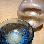 魚菜屋 海祭 - で、色々と悩んで黒龍(福井)にしました。涼しげな容器に入って出てきましたよ。黒龍って大好きな日本酒の1つなんですよね。創業文化元年(1804年)黒龍酒蔵株式会社で作っているお酒です。