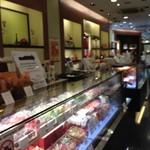ダロワイヨ 心斎橋店 - 店内にはケーキなどの洋菓子売り場、奥にはカフェがあります