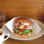 マグズカフェ - バーガーのペーパー、最初から折りたたんでくれてるので食べやすかったですね。