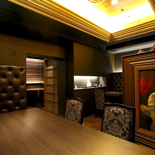 【テーブル席】数々の調度品が飾られた大人にこそ楽しんでいただきたい空間
