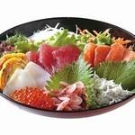由比パーキングエリア (上り線) スナックコーナー - 特撰海鮮丼  1,420円 駿河湾産のしらすと桜えびと由比オリジナルの桜えびが入った卵焼きがのった海鮮丼。