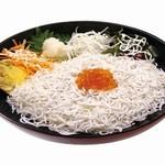 由比パーキングエリア (上り線) スナックコーナー - 釜揚げしらす丼 850円 駿河湾産のしらすをたっぷりと乗せた丼ぶりです。