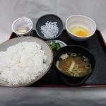 由比パーキングエリア (上り線) スナックコーナー - ちょこっと定食 520円 しらすと納豆がついた定食。朝ごはんにぴったり!