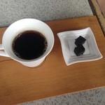 棚田倶楽部 - 2015年5月:たんぽぽコーヒーとお茶菓子で付いてきた胡麻のお菓子