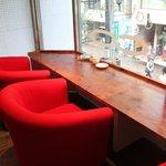 sopra - 窓際カウンターの赤いソファがオシャレ!