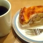 38921746 - アペティート カフェ アップルパイ&ホットコーヒー fromグリーンロール