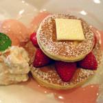 梅小路カフェ BOSSCHE - さくらと苺のパンケーキ