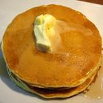 蜜家珈琲店 - オリジナルホットケーキ≪小倉&ホイップ≫(バターをのせてシロップをかけたところ、2015年4月)