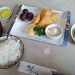 食事処マルタ活魚 - 「白身ふらい定食」(864円)。