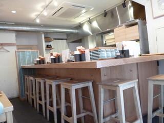 金沢製麺処 片町店 - 店内のカウンター席、テーブル席も2+2+4人が居たので撮影は遠慮