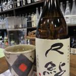 金七 人吉本店 - 球磨焼酎をボトルで頂きます。                             『尺鮎』という球磨焼酎らしい名前のものを。                             人吉の福田酒造のものです。