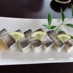甲佐町やな場 - 限りなくナマっぽく締めた鮎の身を載せた押し寿司です。                             コレは自分的にはかなりヒットでした♪                             生だと淡白過ぎるのですが、少し締めると味わいが深まります。