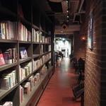 ブルーブックスカフェ - ブックカフェなので本が沢山!
