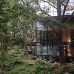 ザ・カフェ by アマン - カフェの1番奥を外から見たところ