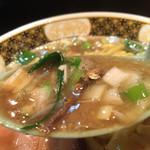 すごい煮干ラーメン凪 - 煮干のお姿も見受けられるすごい煮干スープ