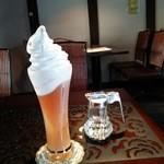 月のとき - アイスティーに 美山ソフトクリームが山盛りに盛られている!! 濃厚でクリーミーな牛乳って感じの味わい~♪(^o^)丿