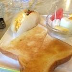 アンクル - バタートーストと、卵サンドの白いパン、バナナ、パイン、メロン、スイカ、オレンジが付いていました
