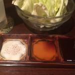 串かつ 関 - 3種混ぜ塩・ポン酢・熟成ソース