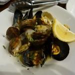 オステリアカルマ - 浅利とムール貝の白ワイン蒸し