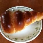 ブルク 手作りパン - イチゴクリームコロネ120円