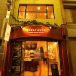 カサディエッロ - 情緒あふれる桃谷の商店街の中にある吹き抜けがある店舗です。