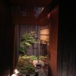 神楽坂 石かわ - 門にはちょっとした庭園