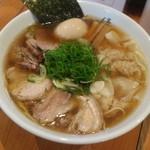 ShiNaChiKu亭 - わんたん、チャーシュー、卵入りの特醤油ラーメン