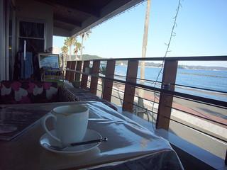 ノンキーズカフェ - 2人掛け2席と海に面して小さなカウンター席が3席ほどありました。
