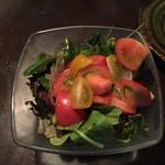 38988091 - ◯フルーツトマトのサラダ                       フルーツトマトが贅沢に盛られており、ルッコラ、グリーンリーフなども爽やかに頂ける逸品。