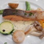 レストラン アクールジョア - サーモンとホタテのソテー・タルタルソース添え