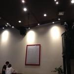 アマーヴェル - かつて映画館だったせいか天井も高い!