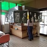 留萌駅立喰そば - 待合室のスタンド;左手テーブルに椅子が8席用意されてます 2015/06/13