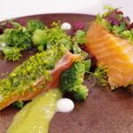 レストラン セビアン - ノルウェーサーモンの軽い燻製、ピスタチオ